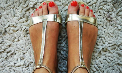 golden-gladiator-sandals-for-summer.-red-polishnail