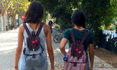 girls-alike-dress-boring-not-cool-mochila