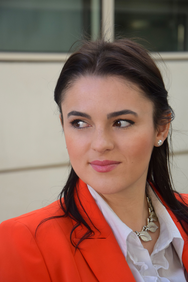 Makeup for office: Fashion tips and red blazer