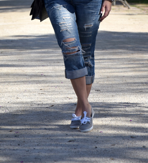 Boyfriend jeans and sneakers for Tomboy urban style