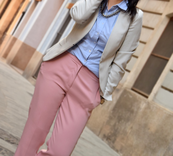 Fashion blogger in pink trousers and blue shirt: Beautiful outfit for the office from Style Advisor