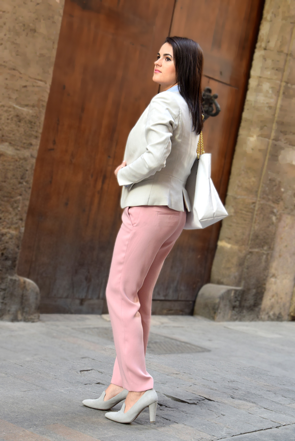Woman in pink trousers and grey blazer from H&M walking to the office