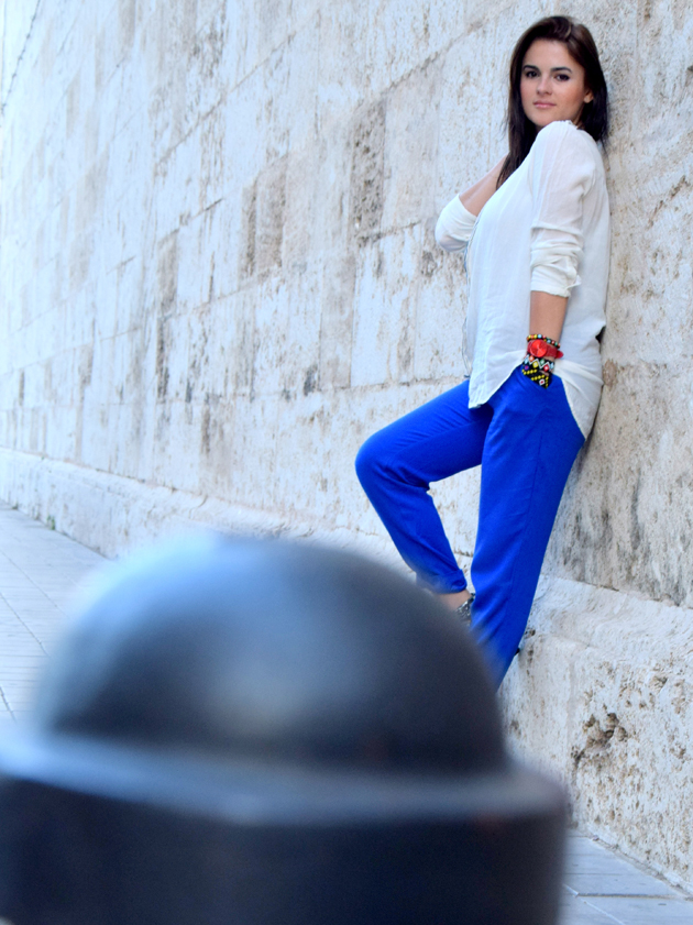 Girl wearing Mango blouse and H&M pants posing sexy next to a wall. She is a style advisor