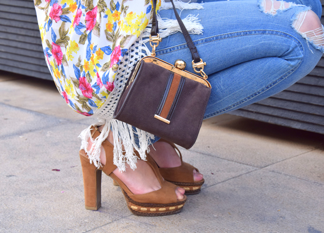 Sandals and Dayaday bag with Zara kimono and ditressed jeans in a hippie look