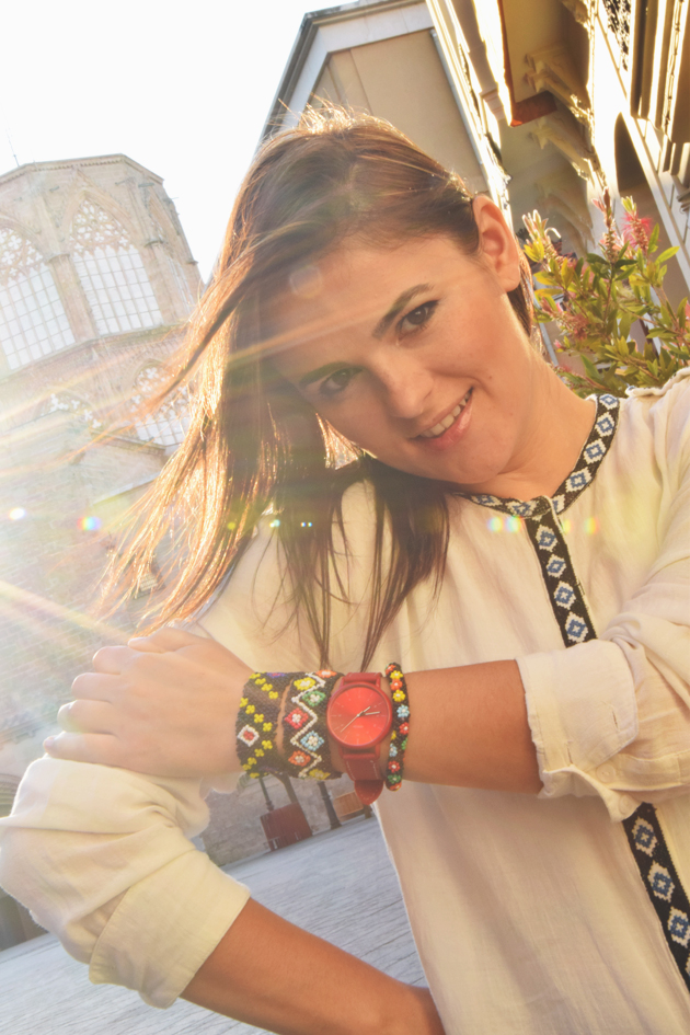 Girl with handmade bracelets and white ethnic blouse from Mango posing with the sun behind. She is a style advisor