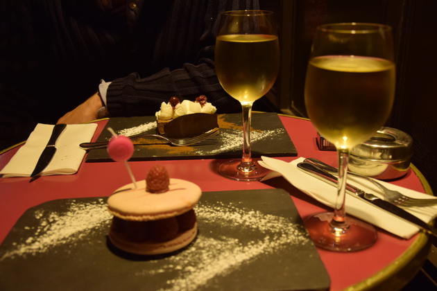 macaroon-and-cake-in-paris