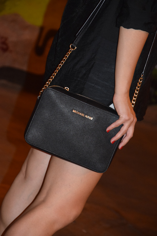 girl wearing a Michael Kors-handbag in a minimalist style