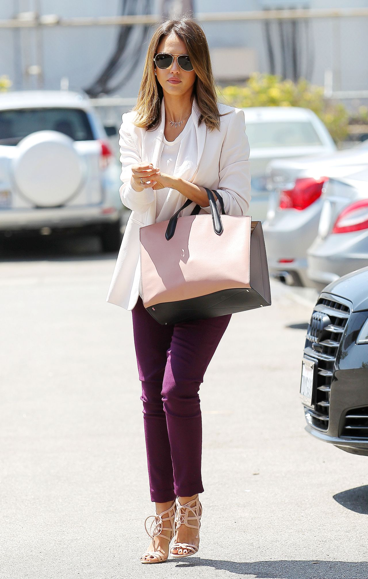 jessica-alba-casual-style-heads-to-the-office