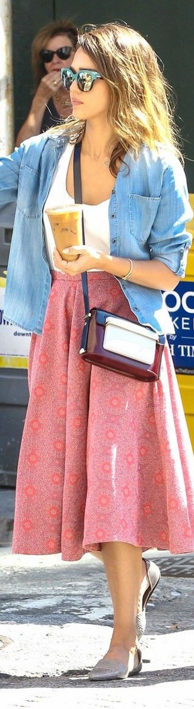 jessica alba in midi skirt with cool bag