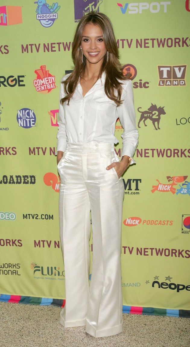 jessica alba and red pumpsjessica alba all white suit