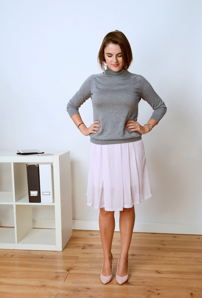business outfit for fall with a grey sweater and a pink summer skirt