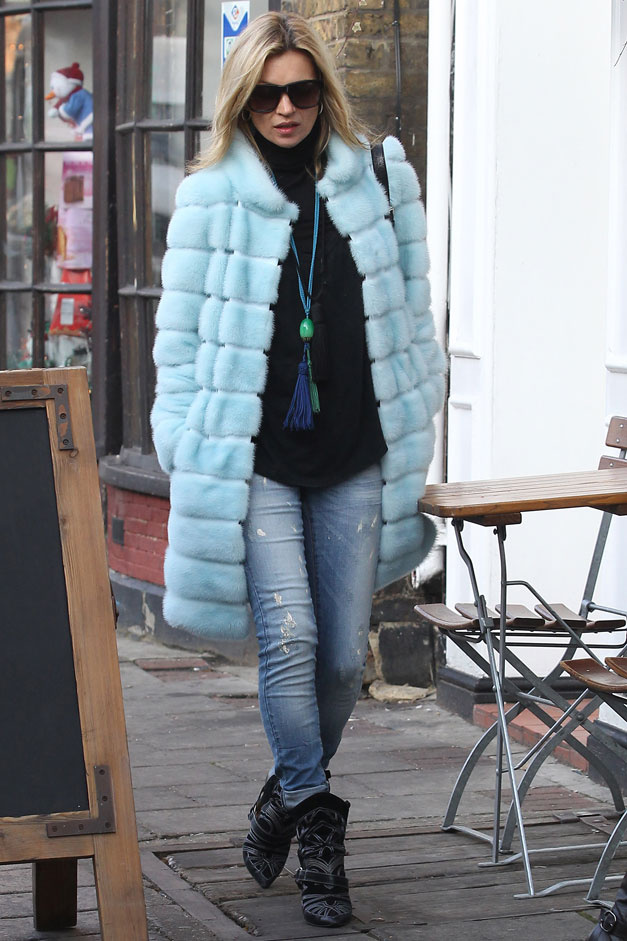 Kate Moss wering a blue faux fur coat