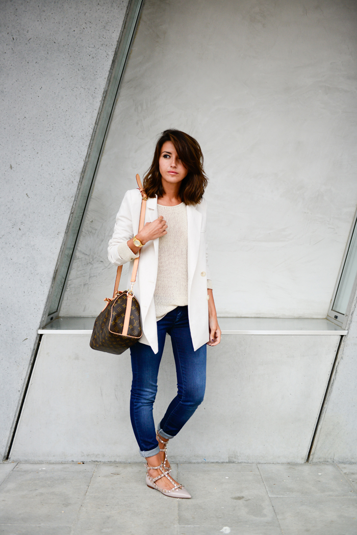 blogger wearing Valentino flats,  jeans and beige blazer